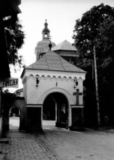 Zabytkowa brama Klasztoru Bożogrobców [Fotografia]