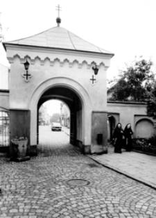 Brama zabytkowego klasztoru [Fotografia]