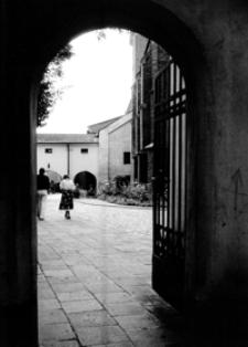 Dziedziniec Klasztoru Bożogrobców [Fotografia]