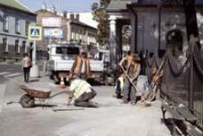 Ul. Targowa przy Starym Cmentarzu : praca wre… [Fotografia]
