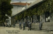 Dworzec kolei w Dębicy = Bahnhof in Dębica [Fotowidokówka z obiegu]
