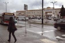 Deszczowa niedziela na placu przed dworcem Rzeszów Główny [Fotografia]