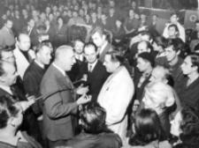 [I sekretarz KC PZPR - Edward Gierek wśród pracowników WSK w Rzeszowie] [Fotografia]