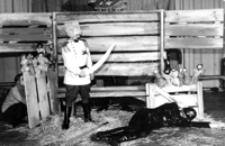 """[Scena z widowiska """"Car Maksymilian"""" w reżyserii Zbigniewa Umińskiego] [Fotografia]"""