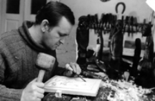 [Rzeźbiarz ludowy Antoni Toborowicz w swojej pracowni] [Fotografia]