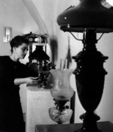[Danuta Janowska - opiekunka zbiorów lamp naftowych w Muzeum Podkarpackim w Krośnie] [Fotografia]