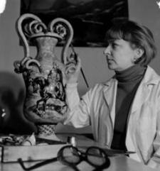 [Artystka plastyk - Maria Cichorzewska-Drabik podczas pracy] [Fotografia]