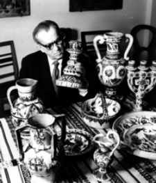 [Dyrektor Muzeum Budownictwa Ludowego - Aleksander Rybicki wśród kolekcji ceramiki huculskiej] [Fotografia]