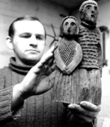 [Rzeźbiarz Antoni Toborowicz prezentujący swoją rzeźbę] [Fotografia]