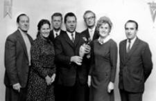 [Laureaci nagrody Ministra Kultury i Sztuki - działacze Zakładowego Domu Kultury WSK w Mielcu] [Fotografia]