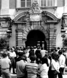 [Turyści w kolejce do Zamku-Muzeum w Łańcucie] [Fotografia]