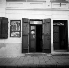 [Rynek rzeszowski. Witryna sklepu żydowskiego w kamienicy nr 13] [Fotografia]