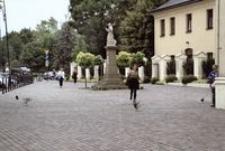 Ul. Sokoła - przed Klasztorem OO. Bernardynów [Fotografia]