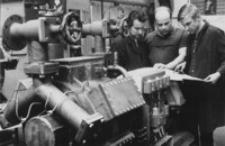 [Pracownicy Wytwórni Urządzeń Chłodniczych w Dębicy przy montażu sprężarki freonowej] [Fotografia]