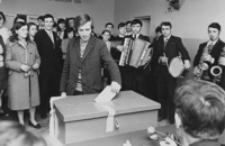[Młodzież zrzeszona w ZMW głosująca w wyborach do Sejmu] [Fotografia]