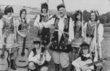 """[Rodzinny zespół wokalny """"Dąbrowa"""" z Londynu uczestniczący w II Światowym Festiwalu Polonijnych Zespołów Artystycznych w Rzeszowie] [Fotografia]"""