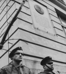 [Uroczysty apel harcerski zorganizowany w Rzeszowie z okazji 23 rocznicy śmierci gen. Karola Świerczewskiego] [Fotografia]