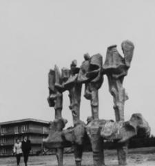 """[Rzeźba Janiny Barcickiej """"Korowód"""" w Mielcu] [Fotografia]"""
