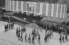[Zespoły ludowe podczas pochodu z okazji 1 Maja 1970 roku] [Fotografia]