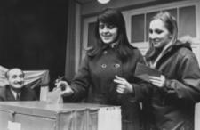 [Studentki głosujące w wyborach do Sejmu] [Fotografia]