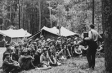 [Dzieci i młodzież na obozie harcerskim] [Fotografia]