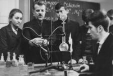 [Członkowie kółka chemicznego z Liceum Ogólnokształcącego w Dębicy] [Fotografia]