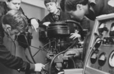 [Uczniowie Technikum Samochodowego w Rzeszowie przy regulacji silnika] [Fotografia]