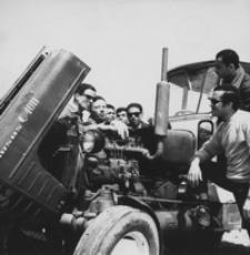 [Praktykanci ze Zjednoczonej Republiki Arabskiej w Technikum Mechanizacji Rolnictwa w Łańcucie] [Fotografia]