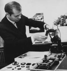 [Marian Kieras - pracownik WSI, konstruktor urządzenia do produkcji elektronicznych układów grubowarstwowych] [Fotografia]