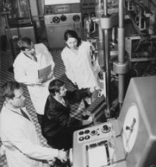 [Studenci Wydziału Mechanicznego WSI w Rzeszowie podczas ćwiczeń w laboratorium wytrzymałości materiałów] [Fotografia]