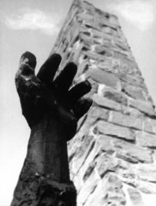 """[Pustków pow. dębicki. Pomnik """"Pamięci pomordowanych przez hitlerowców w obozie zagłady Pustków w latach 1940-1944"""" nr 6] [Fotografia]"""