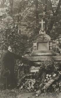 [Józef Wiśniowski na cmentarzu Rakowickim w Krakowie] [Fotografia]